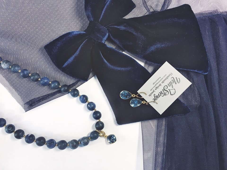 Zils samta sieviešu tauriņš