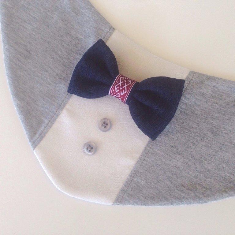 Ar zilu tauriņu un sarkanbaltu lentīti