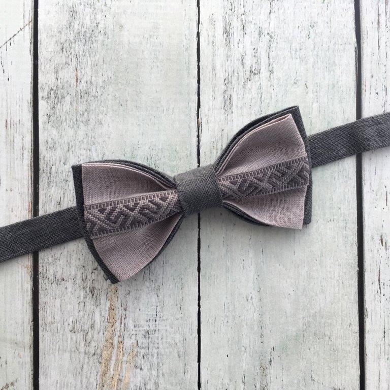 Pelēks lina tauriņš ar Jumja zīmes lentīti