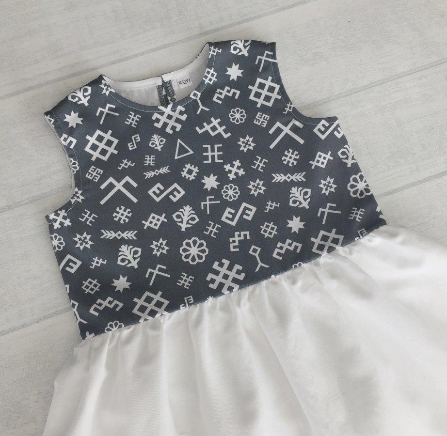 Pelēka kleita ar latvju rakstiem
