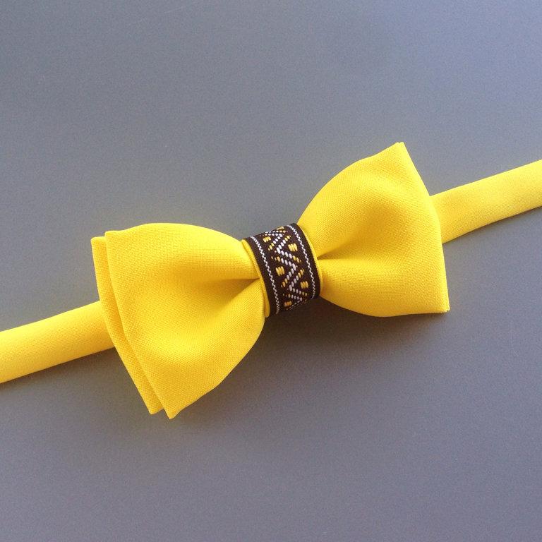 Dzeltens ar latvisku lentīti