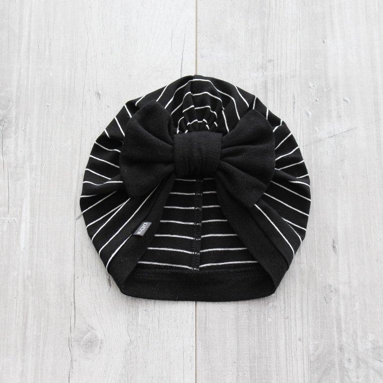 Melna turbāncepure ar baltām svītrām
