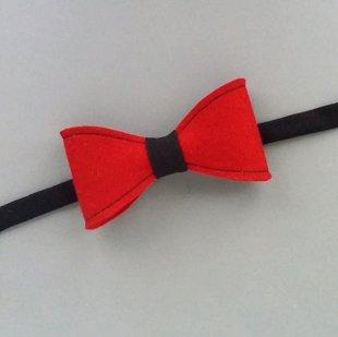 Sarkans ar melnu filca tauriņš