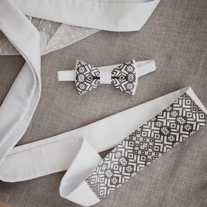 Stilizēta Lielvārdes josta un tauriņš- balti pelēks komplekts