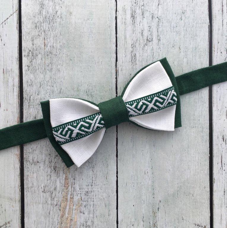 Zaļš lina tauriņš ar Jumja zīmes lentīti