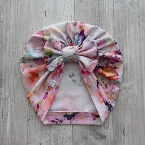 Turbāncepure ar ziediem un taureņiem