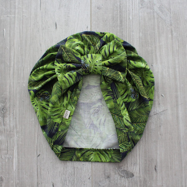 Turbāncepure ar monstera auga lapām un vardītēm